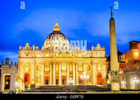 Rome, Italie. Basilique Saint Pierre en vue de nuit, la Cité du Vatican. Vue de Rome, capitale italienne. Banque D'Images
