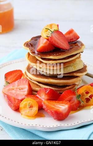 Pile de crêpes avec fruits frais, de l'alimentation close-up Banque D'Images