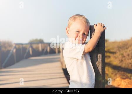 Portrait of a smiling boy on beach Banque D'Images