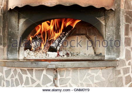 Four à bois, préparation de chauffage pour la cuisson de pizza, produit typique de la culture italienne Banque D'Images