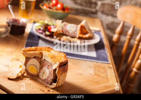 Pork pie fait maison avec des oeufs Banque D'Images