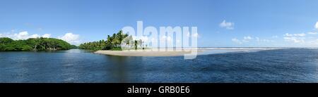 La bouche de l'Nariva Swamp dans l'océan Atlantique à l'Est de Trinidad Banque D'Images