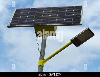Gros plan du solar street light/lampe alimenté par un panneau solaire produisant de l'électricité verte/écologiques Banque D'Images