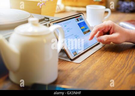 L'homme d'affaires fonctionne sur tablet pc in cafe Banque D'Images
