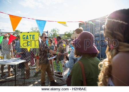 Jeune auditoire en attente dans la file d'attente à l'entrée du festival de musique d'été Banque D'Images