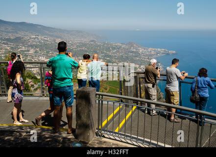 Les touristes profiter d'une vue depuis le Miradouro do Cabo Girao, 580 mètres au-dessus du niveau de la mer, en Banque D'Images