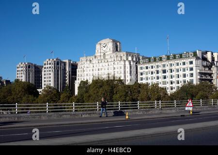 Vue vers Shell-Mex House de Waterloo Bridge, London, UK Banque D'Images
