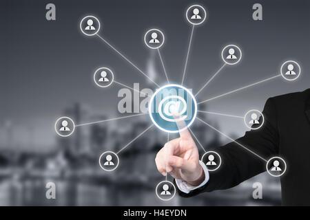 Email marketing, newsletter et l'envoi en masse des concepts. Cliquez sur le bouton à l'homme d'affaires à signer Banque D'Images