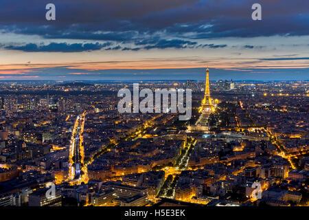 PARIS, FRANCE - Le 28 août: Vue aérienne de la Tour Eiffel illuminée la nuit le 28 août 2015 à Paris, France Banque D'Images