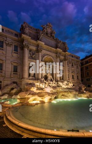 Vue nocturne de la fontaine de Trevi, Rome, Latium, Italie Banque D'Images