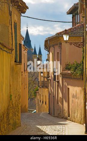 Segovia - vieille allée de lumière du soir et Alcazar castle dans l'arrière-plan. Banque D'Images