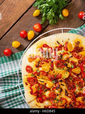 Focaccia italienne avec des tomates, poivrons et oignons Banque D'Images