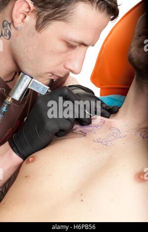Détail de l'aiguille d'art tattoo tatoo corps travaillent près des êtres humains Les humains des personnes folk Banque D'Images