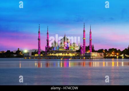 Vue de nuit sur la mosquée de cristal à Kuala Terengganu, Malaisie. Mosquée de cristal est belle mosquée en Malaisie. Banque D'Images