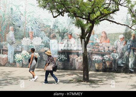Deux femmes marchant passé St Lawrence Market North murale, Toronto, Ontario, Canada Banque D'Images