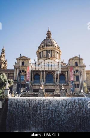 Le Palais national et acascading fontaine à Barcelone, Espagne. Banque D'Images