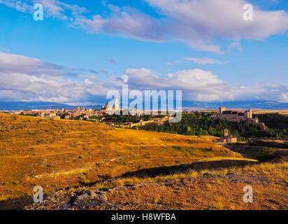 L'Espagne, Castille et Léon, Segovia, vue en direction de la vieille ville avec le célèbre Alcazar et la cathédrale. Banque D'Images