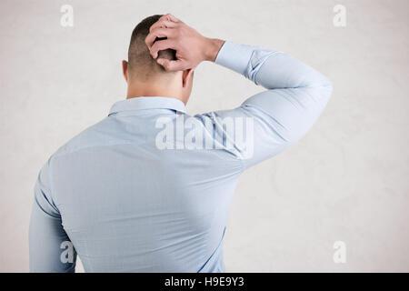 Man holding est tête dans la frustration, isolé en blanc Banque D'Images