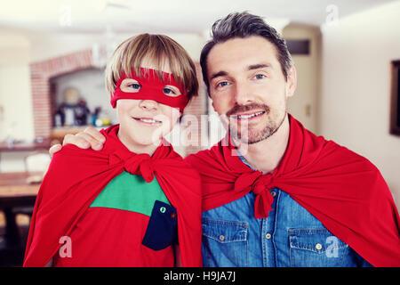 Portrait de père et fils pastry pie dans la salle de séjour Banque D'Images