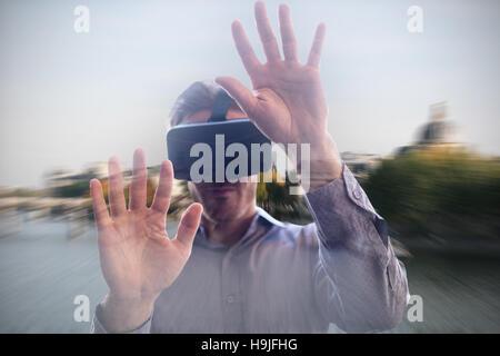 Image de l'homme composite en utilisant un appareil de réalité virtuelle Banque D'Images