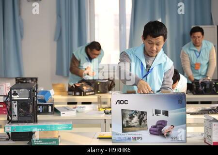 Tianjin, Chine. 26 Nov, 2016. Les jeunes prennent part à un ordinateur-assemblage match lors d'un concours d'habileté Banque D'Images