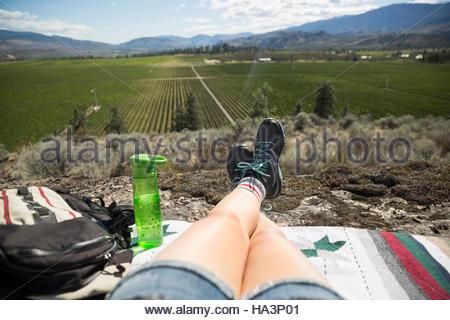 Point de vue personnel femme hiker relaxing à ensoleillée à vue rural Banque D'Images