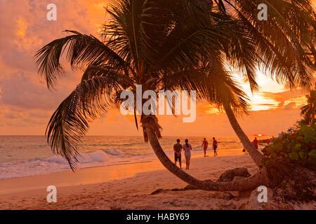 Coucher du soleil à Dover Beach, St Lawrence Gap, Côte Sud, Barbade, Caraïbes. Banque D'Images