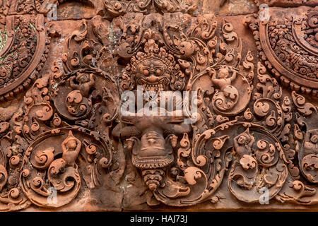 Bas-relief sculpté en grès rouge à Banteay Srei, un temple du 10ème siècle à l'Hindouisme, au Cambodge. Banque D'Images
