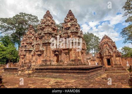 Le sanctuaire et les tours de Banteay Srei, un 10ème siècle en grès rouge, temple dédié à Shiva au Cambodge. Banque D'Images