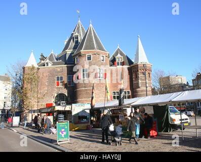 En face du marché du 15ème siècle Waag (balance) à la place Nieuwmarkt à Amsterdam, aux Pays-Bas. Ancienne porte Banque D'Images