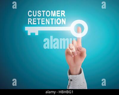 Homme de main appuyant sur la rétention de la clientèle sur le bouton clé blue abstract background Banque D'Images