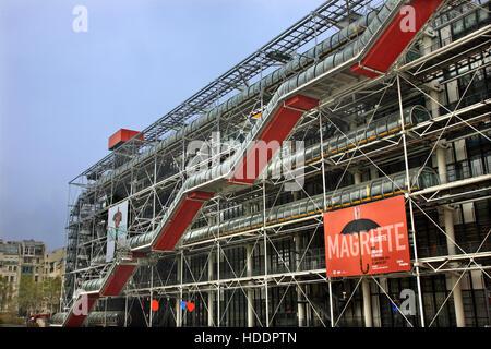 Centre Georges Pompidou, un édifice complexe dans le quartier Beaubourg du 4ème arrondissement de Paris, France. Banque D'Images