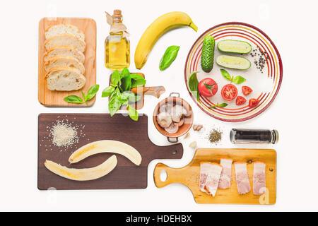 Ingrédients pour tartines sur le fond blanc Banque D'Images