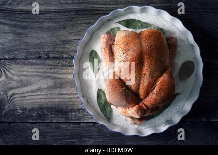 Matières jour de Thanksgiving Turquie avec des épices sur le plat de cuisson avec du sel et le laurier vue supérieure Banque D'Images