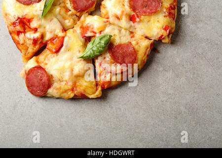 Vue de dessus de la pizza au pepperoni savoureux Banque D'Images