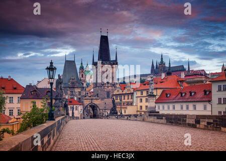 Le Pont Charles, Prague. Cityscape image du pont Charles à Prague, en République tchèque, pendant le lever du soleil. Banque D'Images