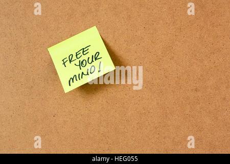 Sticky note sur le panneau de liège, rédaction de notes à la main Banque D'Images