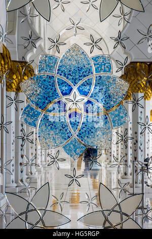 La décoration de l'intérieur du verre, la Mosquée Sheikh Zayed, Abu Dhabi, Émirats Arabes Unis Banque D'Images