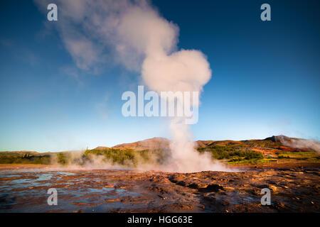 Éruption du Grand Geyser se trouve dans la vallée de Haukadalur sur les pentes du Laugarfjall hill. Tôt le matin Banque D'Images