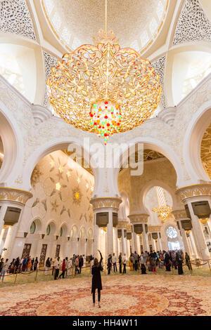 Magnifique intérieur de la Grande Mosquée Sheikh Zayed à Abu Dhabi, EAU. Banque D'Images