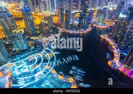 Dubaï, Émirats arabes unis - février 29, 2016: Avis sur nuit de luxe en surbrillance de la Marina de Dubaï gratte Banque D'Images