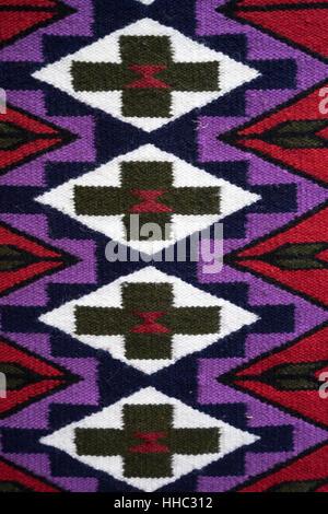 Les textiles traditionnels colorés à Otavalo Équateur marché plein air Banque D'Images