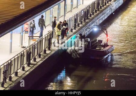 Londres, Royaume-Uni. 19 Jan, 2017. Bomb Disposal experts de la Marine royale arrivent à Victoria Embankment pour Banque D'Images