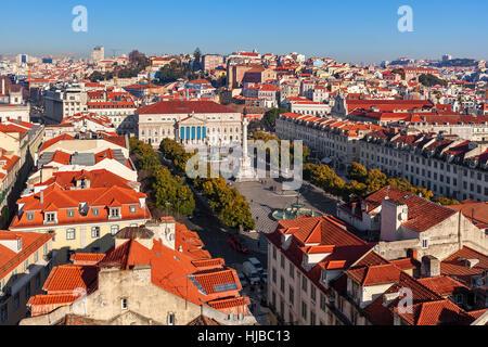 Vue de dessus sur la place Rossio un toits rouges à Lisbonne, Portugal. Banque D'Images