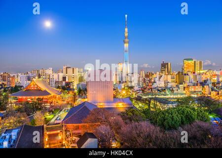 Tokyo, Japon Asakusa avec toits de Temple Sensoji et Tour Skytree. Banque D'Images