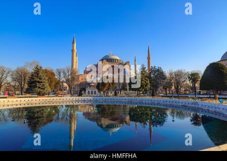 Sainte-sophie avec réflexion sur l'eau dans la place Sultanahmet à Istanbul. Banque D'Images