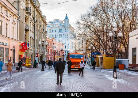 Moscou, Russie. Feb, 2017 5. Des personnes non identifiées, marcher le long de la rue Arbat. Cette rue piétonne Banque D'Images