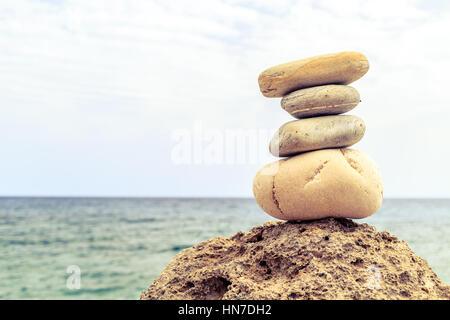 L'équilibre et le bien-être des pierres spa concept rétro, inspiration, zen et de bien-être composition tranquille. Banque D'Images