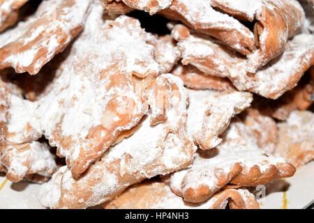 Ciacchiere sont typiquement italienne bonbons habituellement préparé au cours de la période de Carnaval Banque D'Images