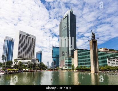 JAKARTA, INDONÉSIE - 25 septembre 2016: grands édifices à bureaux et hôtels de luxe bâtiments reflètent dans l'eau Banque D'Images